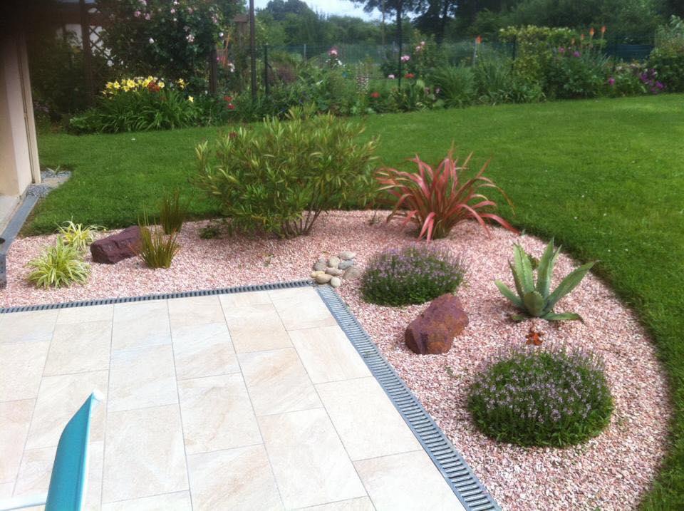 Création d'aménagement paysager avec plantes, graviers et terrasse réalisé par Kell Jardin à Orée d'Anjou